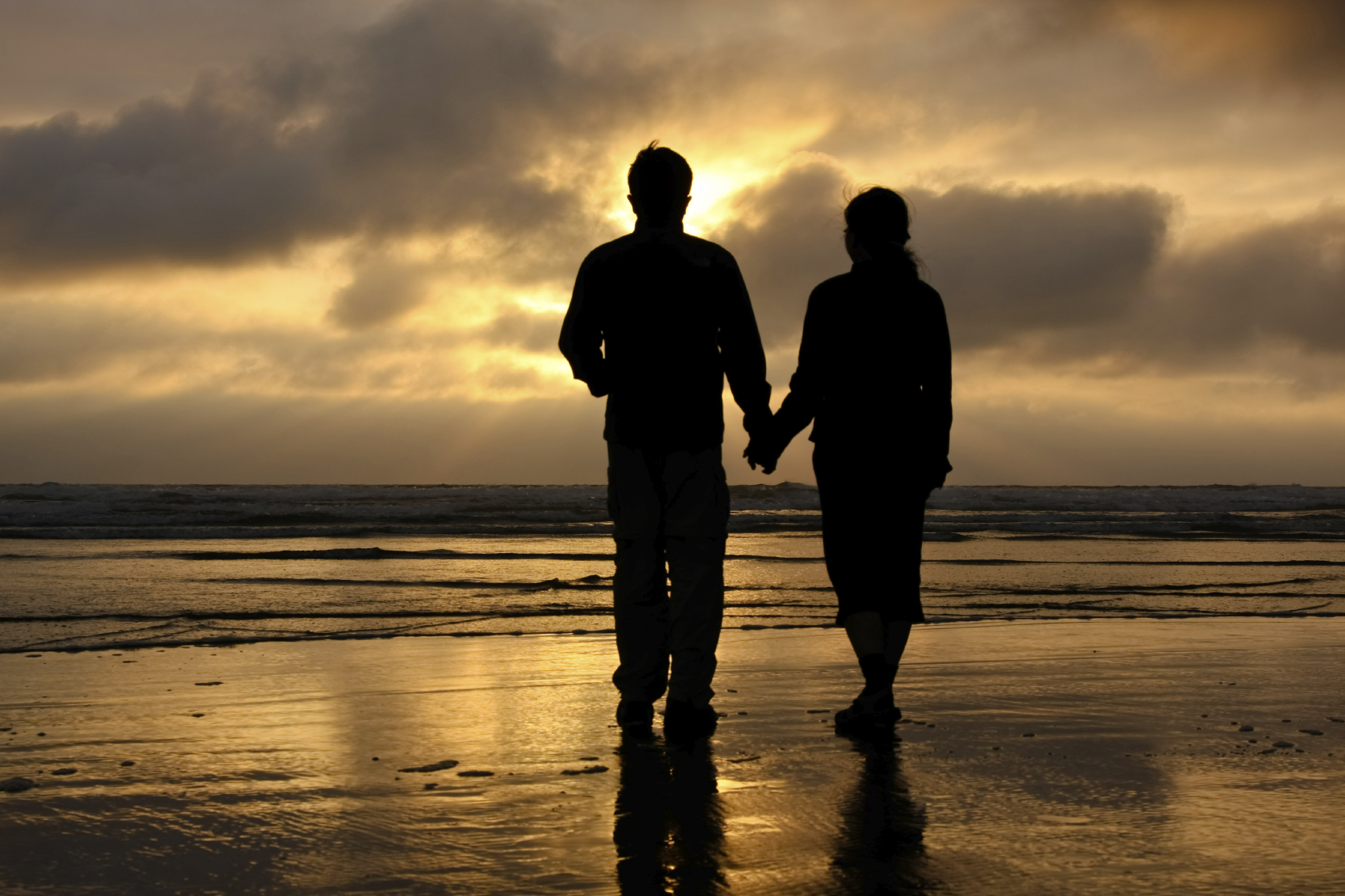 Enamorados viendo el atardecer en la playa